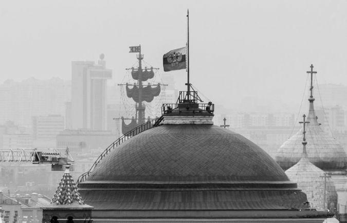 图为当地时间2015年11月1日,俄罗斯莫斯科,俄罗斯降半旗悼念在埃及